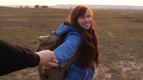 Ελάτε μετά από με εργασία σε μια ομάδα των τουριστών παραδίδει την αγάπη ταξιδεύει στο ηλιοβασίλεμα η ευτυχής γυναίκα με το σακίδ απόθεμα βίντεο