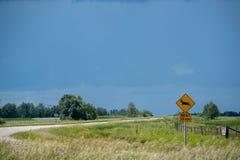 Ελάφια που διασχίζουν το σημάδι στην εθνική οδό 15, Saskatchewan, Καναδάς στοκ φωτογραφίες με δικαίωμα ελεύθερης χρήσης