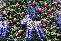 Ελάφια Χριστουγέννων κλάδους ενός στους χιονισμένους έλατου στοκ εικόνα με δικαίωμα ελεύθερης χρήσης