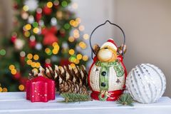 Ελάφια Χριστουγέννων στο θολωμένο ελαφρύ υπόβαθρο Στοκ φωτογραφία με δικαίωμα ελεύθερης χρήσης