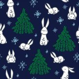 Ελάχιστα άσπρος λίγα μικρά λαγουδάκια, χριστουγεννιάτικα δέντρα και snowflakes Στοκ φωτογραφία με δικαίωμα ελεύθερης χρήσης