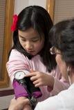 ελέγξτε το παιδί που δίνει τη νοσοκόμα επάνω Στοκ εικόνα με δικαίωμα ελεύθερης χρήσης
