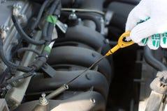 ελέγξτε το πετρέλαιο μηχανών Στοκ φωτογραφία με δικαίωμα ελεύθερης χρήσης
