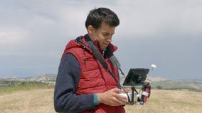 Ελέγχοντας quadrocopter πτήση ατόμων, επαγγελματικό εναέριο βίντεο μαγνητοσκόπησης καμεραμάν απόθεμα βίντεο