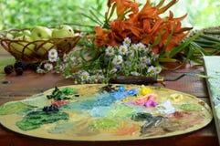Ελαιογραφία στη φύση, παλέτα με τα πολύχρωμα ελαιοχρώματα, Στοκ φωτογραφία με δικαίωμα ελεύθερης χρήσης
