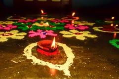 Ελαιολυχνία Diya στη διακόσμηση Rangoli στο φεστιβάλ Diwali Έννοια της αφαίρεσ στοκ εικόνες