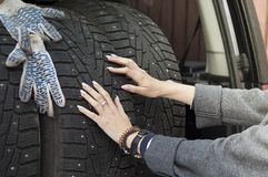 Ελαστικά αυτοκινήτου γυναικών και χειμώνα Στοκ φωτογραφία με δικαίωμα ελεύθερης χρήσης