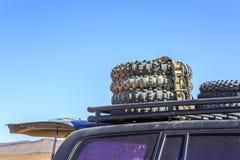 Ελαστικά αυτοκινήτου στη στέγη ενός αυτοκινήτου Στοκ εικόνα με δικαίωμα ελεύθερης χρήσης