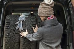 Ελαστικά αυτοκινήτου φόρτωσης γυναικών Στοκ Εικόνα