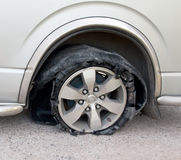 Ελαστικό αυτοκινήτου που σπάζουν στο δρόμο Στοκ εικόνα με δικαίωμα ελεύθερης χρήσης