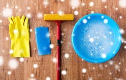 Ελαστικό μάκτρο με την καθαρίζοντας ουσία παραθύρων στο ξύλο Στοκ εικόνα με δικαίωμα ελεύθερης χρήσης