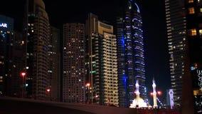 Ελαφριά άποψη οδών νύχτας στη μαρίνα του Ντουμπάι Σύγχρονα κτήριο και μουσουλμανικό τέμενος απόθεμα βίντεο