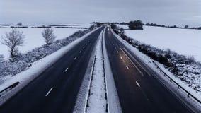 Ελαφριά ίχνη αυτοκινήτων στον αγροτικό αυτοκινητόδρομο στο χειμώνα απόθεμα βίντεο