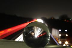 Ελαφριά ίχνη αυτοκινητόδρομων με μια σφαίρα γυαλιού στοκ εικόνες με δικαίωμα ελεύθερης χρήσης