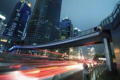 Ελαφριά ίχνη νύχτας αυτοκινήτων ανασκόπησης κτηρίων της Σαγκάη σύγχρονα Στοκ Φωτογραφία