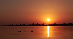 Ελαφριά εξάπλωση ηλιοβασιλέματος στη λίμνη Στοκ εικόνες με δικαίωμα ελεύθερης χρήσης