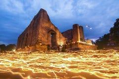Ελαφριά κίνηση κεριών γύρω από το άγαλμα του Βούδα την ημέρα bucha Makha Στοκ Εικόνες