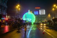 Ελαφριά και γιγαντιαία σφαίρα Χριστουγέννων Στοκ φωτογραφία με δικαίωμα ελεύθερης χρήσης