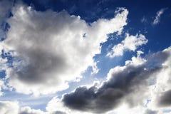 Ελαφριά και σκοτεινά σύννεφα σωρειτών από τον αέρα Στοκ Εικόνες