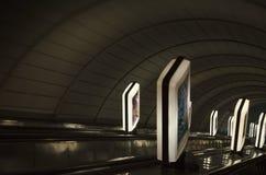 Ελαφριά κιβώτια κατά μήκος της σήραγγας Κάθοδος στο μετρό στοκ φωτογραφίες με δικαίωμα ελεύθερης χρήσης