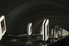 Ελαφριά κιβώτια κατά μήκος της σήραγγας Κάθοδος στο μετρό στοκ φωτογραφία με δικαίωμα ελεύθερης χρήσης