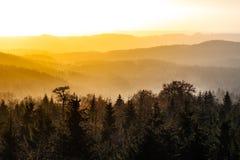 Ελαφριά ομίχλη φθινοπώρου που φωτίζεται από τον ήλιο επάνω από τις αιχμές βουνών, βουνά αετών, Orlicke hory, Δημοκρατία της Τσεχί Στοκ εικόνα με δικαίωμα ελεύθερης χρήσης