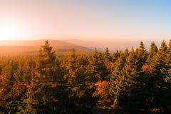 Ελαφριά ομίχλη φθινοπώρου που φωτίζεται από τον ήλιο επάνω από τις αιχμές βουνών, βουνά αετών, Orlicke hory, Δημοκρατία της Τσεχί Στοκ φωτογραφίες με δικαίωμα ελεύθερης χρήσης