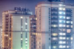 Ελαφριά παράθυρα πόλεων νύχτας Εικονική παράσταση πόλης νύχτας, αίθουσα Στοκ Εικόνες