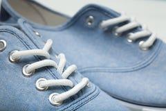 Ελαφριά περιστασιακά θερινά παπούτσια, κινηματογράφηση σε πρώτο πλάνο κορδονιών στοκ φωτογραφίες
