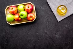 Ελαφριά σάλτσα σαλάτας Ξίδι μηλίτη της Apple στο μπουκάλι μεταξύ των φρέσκων μήλων στο μαύρο διάστημα αντιγράφων άποψης υποβάθρου Στοκ φωτογραφία με δικαίωμα ελεύθερης χρήσης