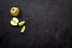 Ελαφριά σάλτσα σαλάτας Ξίδι μηλίτη της Apple στο μπουκάλι μεταξύ των φρέσκων μήλων στο μαύρο διάστημα αντιγράφων άποψης υποβάθρου Στοκ φωτογραφίες με δικαίωμα ελεύθερης χρήσης