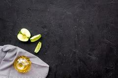Ελαφριά σάλτσα σαλάτας Ξίδι μηλίτη της Apple στο μπουκάλι μεταξύ των φρέσκων μήλων στο μαύρο διάστημα αντιγράφων άποψης υποβάθρου Στοκ εικόνες με δικαίωμα ελεύθερης χρήσης