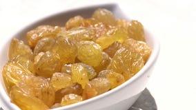 Ελαφριά σταφίδα κατά ένα μεγάλο μέρος τρόφιμα υγιή ξηροί καρποί Μετακίνηση σε έναν κύκλο 4K απόθεμα βίντεο