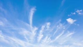 Ελαφριά σύννεφα στο μπλε ουρανό Σύννεφα Watercolor που διαδίδονται πέρα από τον ουρανό Χρονικό σφάλμα απόθεμα βίντεο