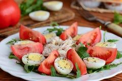 Ελαφριά φυτική ιδέα σαλάτας κοτόπουλου για το μεσημεριανό γεύμα ή το γεύμα Σαλάτα με τις φρέσκους ντομάτες, τον πύραυλο, τα αυγά  Στοκ φωτογραφία με δικαίωμα ελεύθερης χρήσης