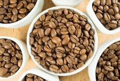 Ελαφριά ψημένα καφετιά φασόλια καφέ στα άσπρα φλυτζάνια Στοκ Εικόνα