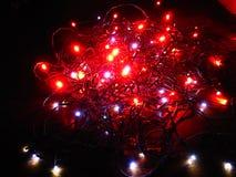 Ελαφριές αλυσίδες κόκκινες και άσπρες για τα Χριστούγεννα στοκ εικόνα με δικαίωμα ελεύθερης χρήσης