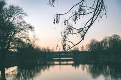 ελαφριές αντανακλάσεις πόλεων θερινής νύχτας πέρα από το νερό - εκλεκτής ποιότητας πράσινο λ Στοκ φωτογραφίες με δικαίωμα ελεύθερης χρήσης