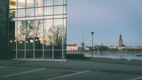 ελαφριές αντανακλάσεις πόλεων θερινής νύχτας πέρα από το νερό - εκλεκτής ποιότητας πράσινο λ Στοκ εικόνα με δικαίωμα ελεύθερης χρήσης