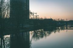 ελαφριές αντανακλάσεις πόλεων θερινής νύχτας πέρα από το νερό - εκλεκτής ποιότητας πράσινο λ Στοκ φωτογραφία με δικαίωμα ελεύθερης χρήσης