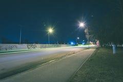 ελαφριές αντανακλάσεις πόλεων θερινής νύχτας πέρα από το νερό - εκλεκτής ποιότητας πράσινο λ Στοκ Εικόνες