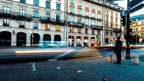 Ελαφριές θαμπάδες των ανθρώπων και της κυκλοφορίας στις πολυάσχολες αστικές οδούς πόλεων στοκ εικόνα