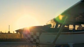 Ελαφριές ιδιωτικές κινήσεις αεροπλάνων σε έναν διάδρομο απογείωσης σε ένα υπόβαθρο ηλιοβασιλέματος 4K απόθεμα βίντεο
