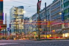 Ελαφριές ραβδώσεις απογεύματος Duesseldorf πέρα από το κεντρικό δρόμο στη CEN πόλεων Στοκ εικόνα με δικαίωμα ελεύθερης χρήσης
