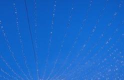 Ελαφριές σειρές ενάντια στο σκούρο μπλε ουρανό Στοκ φωτογραφία με δικαίωμα ελεύθερης χρήσης