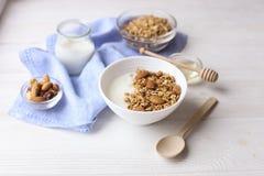 Ελαφριοί υδατάνθρακας και πρωτεΐνη - πλούσια ενεργειακών μικτά πρόγευμα καρυδιών και βρωμών granola yougurt όλη την ημέρα vegeter στοκ φωτογραφία με δικαίωμα ελεύθερης χρήσης