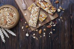 Ελαφριοί υδατάνθρακας και πρωτεΐνη - πλούσιο ενεργειακό πρόγευμα φραγμών granola όλη την ημέρα στοκ εικόνες με δικαίωμα ελεύθερης χρήσης