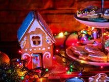 Ελαφρύς πίνακας κεριών με τα μπισκότα σπιτιών μελοψωμάτων Χριστουγέννων Στοκ φωτογραφία με δικαίωμα ελεύθερης χρήσης