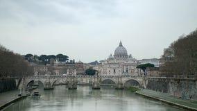 Ελαφρύς πυροβολισμός timelapse ημέρας Βασιλική Βατικάνου, ST Peter και γέφυρα του ST Angelo που διασχίζουν τον ποταμό Tiber στο κ φιλμ μικρού μήκους