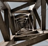 Ελαφρύς πόλος που βλέπει από κάτω από τη δημιουργία μιας μοναδικής και ατελείωτης προοπτικής Στοκ Εικόνα